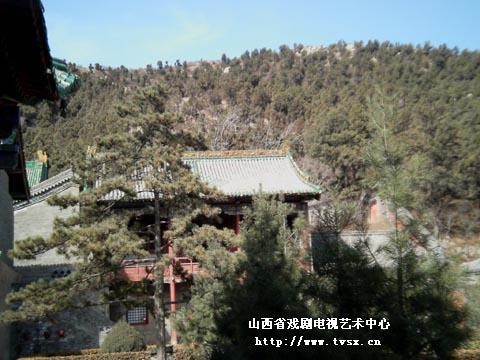 崛山寺前的东南山峰顶处,建有多福寺和宋代七级舍利塔,寺内藏有寺观壁